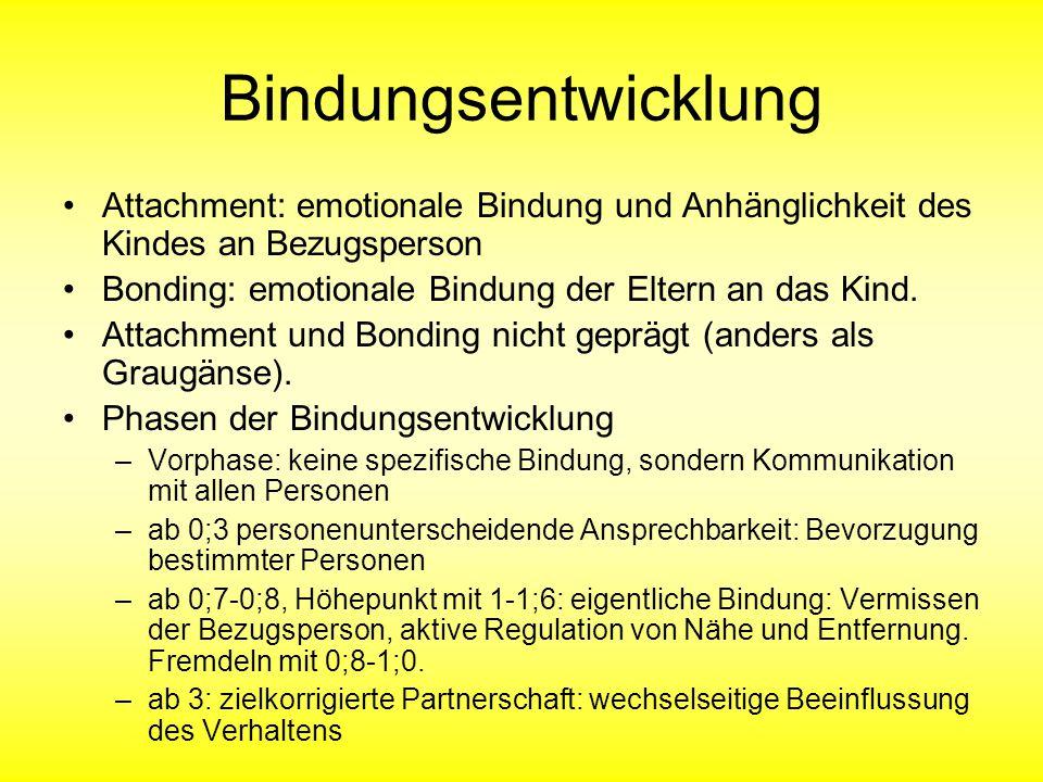 Bindungsentwicklung Attachment: emotionale Bindung und Anhänglichkeit des Kindes an Bezugsperson Bonding: emotionale Bindung der Eltern an das Kind. A