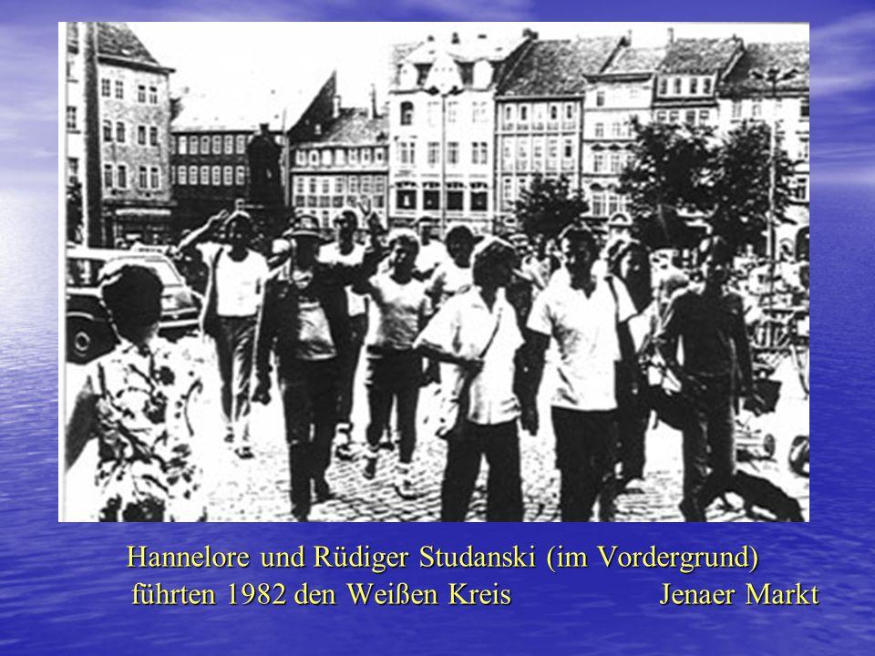 1982/83 unabhängige Friedensbewegung(3) 1983 Jenaer Weißer Kreis weiße Blusen und weiße T-Shirts, gewaltfreie Demonstrationweiße Blusen und weiße T-Sh