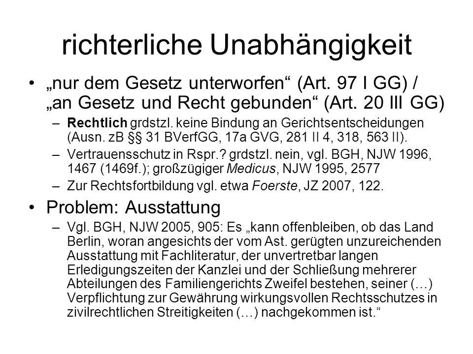 """richterliche Unabhängigkeit """"nur dem Gesetz unterworfen"""" (Art. 97 I GG) / """"an Gesetz und Recht gebunden"""" (Art. 20 III GG) –Rechtlich grdstzl. keine Bi"""