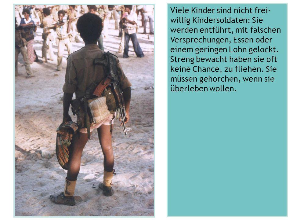 Viele Kinder sind nicht frei- willig Kindersoldaten: Sie werden entführt, mit falschen Versprechungen, Essen oder einem geringen Lohn gelockt. Streng