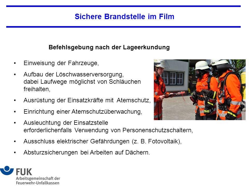 Sichere Brandstelle im Film Einweisung der Fahrzeuge, Aufbau der Löschwasserversorgung, dabei Laufwege möglichst von Schläuchen freihalten, Ausrüstung