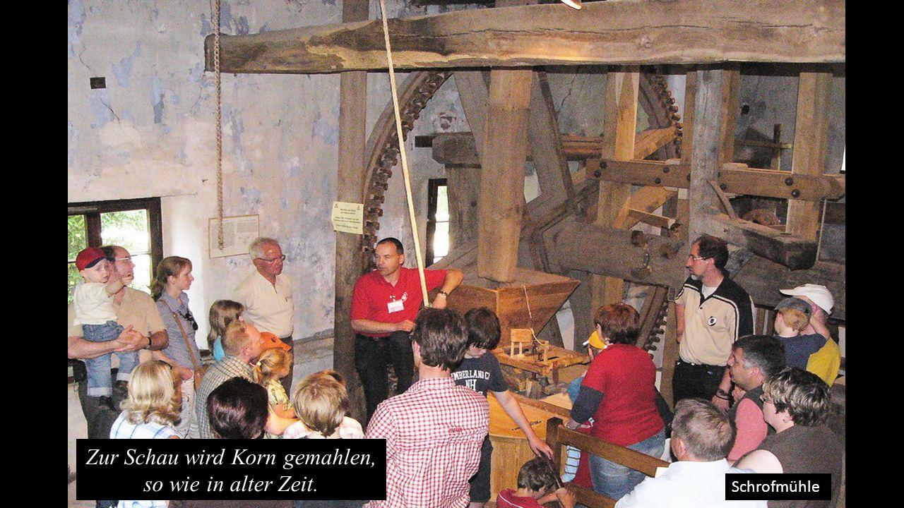 Schrofmühle Zur Schau wird Korn gemahlen, so wie in alter Zeit.