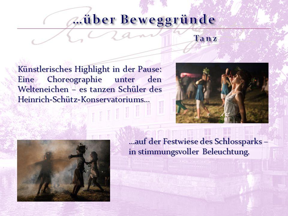 Künstlerisches Highlight in der Pause: Eine Choreographie unter den Welteneichen – es tanzen Schüler des Heinrich-Schütz-Konservatoriums… …auf der Festwiese des Schlossparks – in stimmungsvoller Beleuchtung.