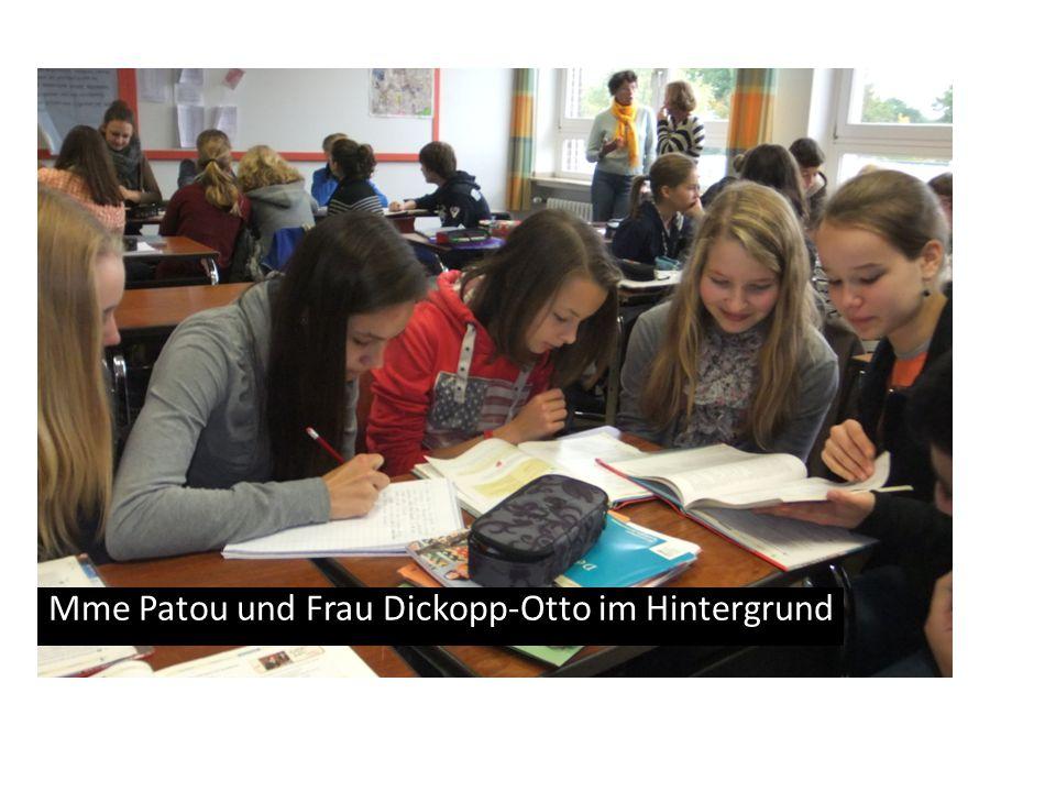 Mme Patou und Frau Dickopp-Otto im Hintergrund