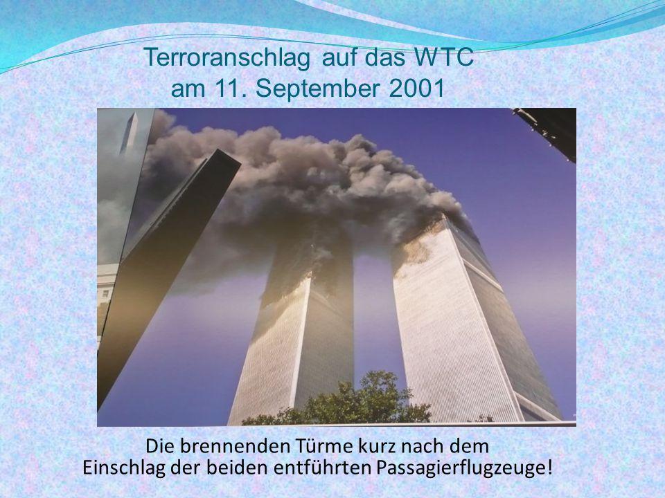 Die brennenden Türme kurz nach dem Einschlag der beiden entführten Passagierflugzeuge.