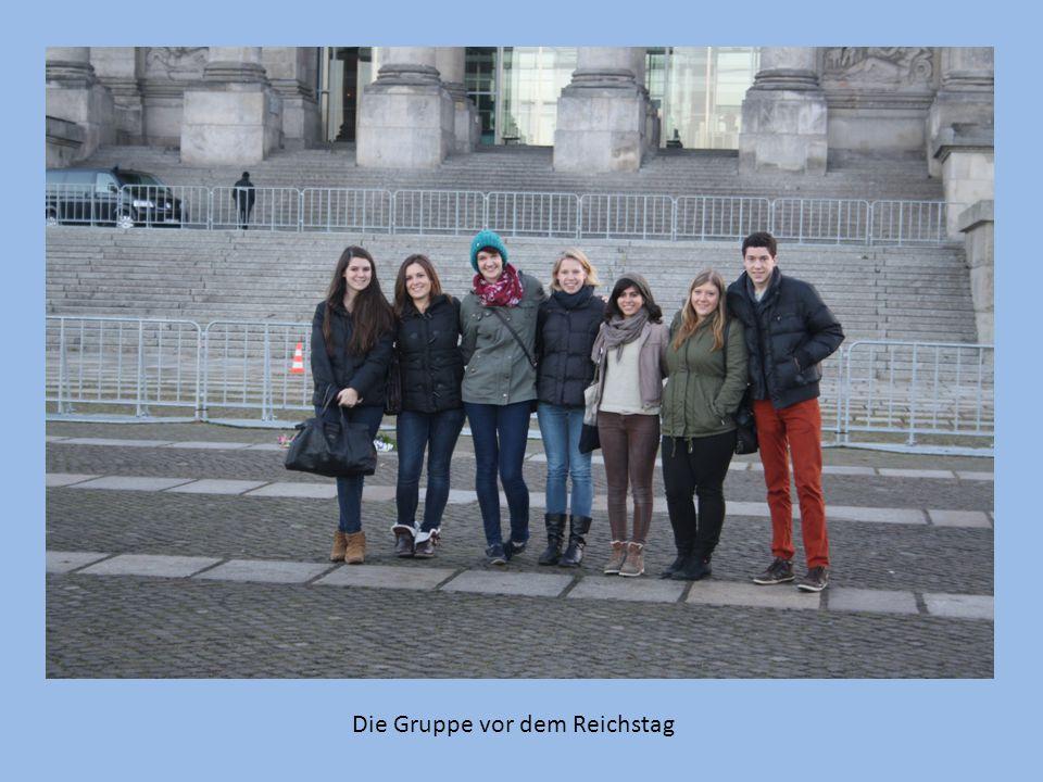 Die Gruppe vor dem Reichstag