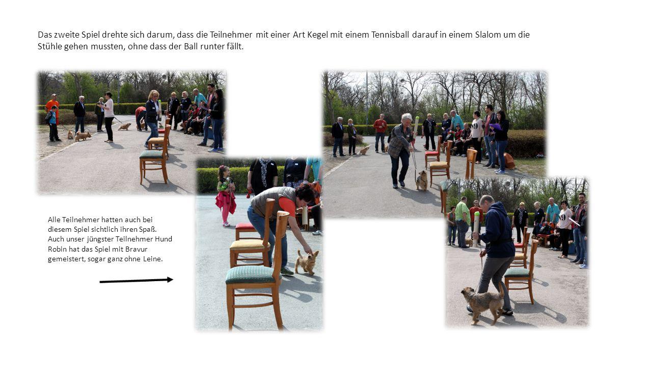 Das zweite Spiel drehte sich darum, dass die Teilnehmer mit einer Art Kegel mit einem Tennisball darauf in einem Slalom um die Stühle gehen mussten, o