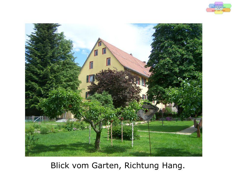 Zum Anwesen gehören die Remise, linkes Bild und das Waschhaus.