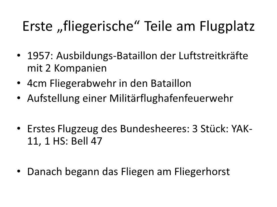 """Erste """"fliegerische"""" Teile am Flugplatz 1957: Ausbildungs-Bataillon der Luftstreitkräfte mit 2 Kompanien 4cm Fliegerabwehr in den Bataillon Aufstellun"""