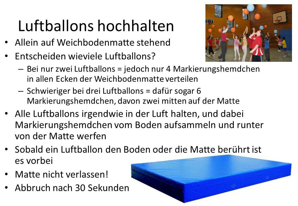 Luftballons hochhalten Allein auf Weichbodenmatte stehend Entscheiden wieviele Luftballons.