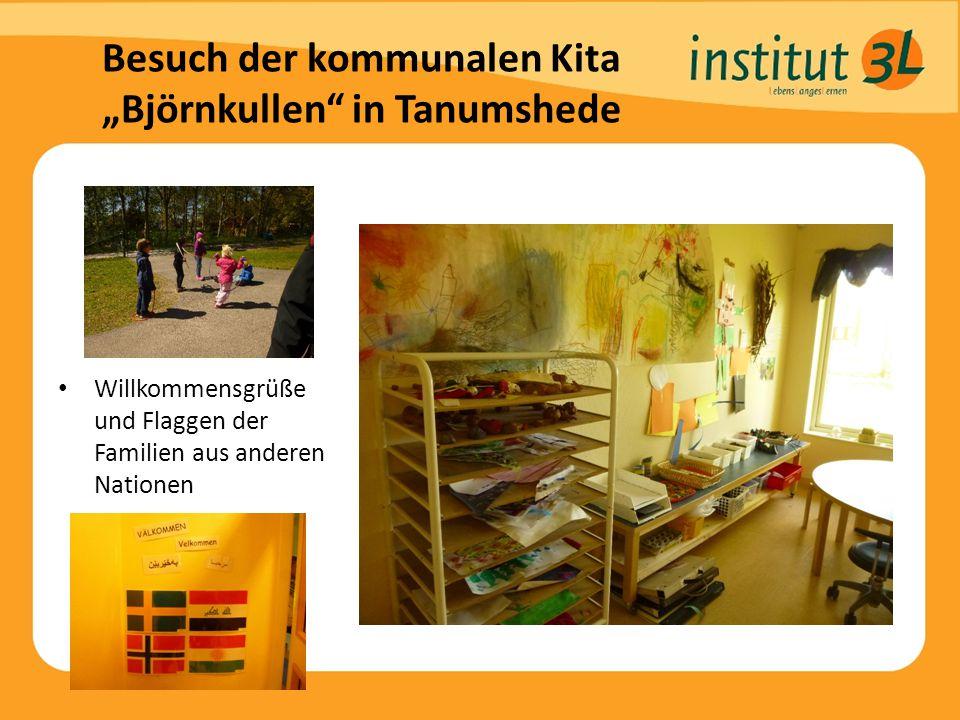 """Besuch der kommunalen Kita """"Björnkullen in Tanumshede Willkommensgrüße und Flaggen der Familien aus anderen Nationen"""