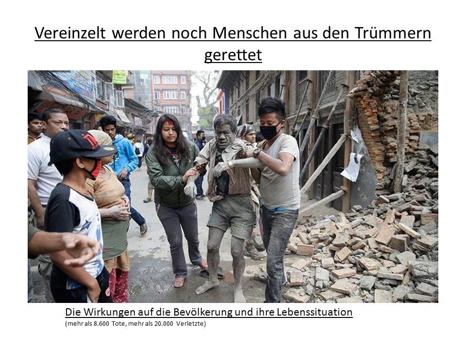 Vereinzelt werden noch Menschen aus den Trümmern gerettet Die Wirkungen auf die Bevölkerung und ihre Lebenssituation (mehr als 8.600 Tote, mehr als 20