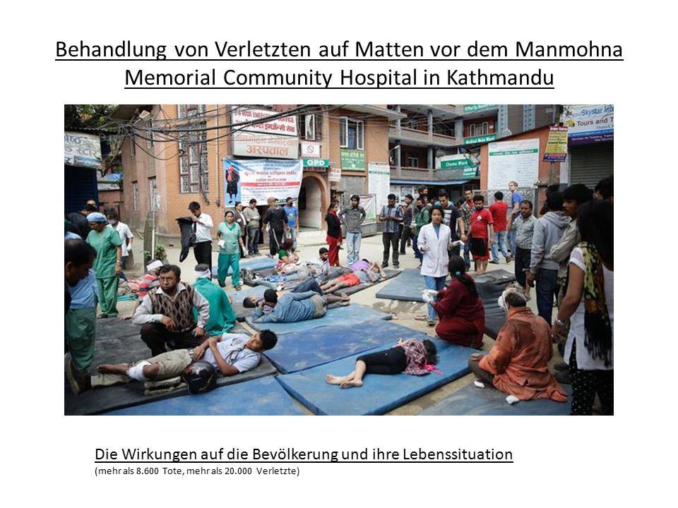 Behandlung von Verletzten auf Matten vor dem Manmohna Memorial Community Hospital in Kathmandu Die Wirkungen auf die Bevölkerung und ihre Lebenssituat