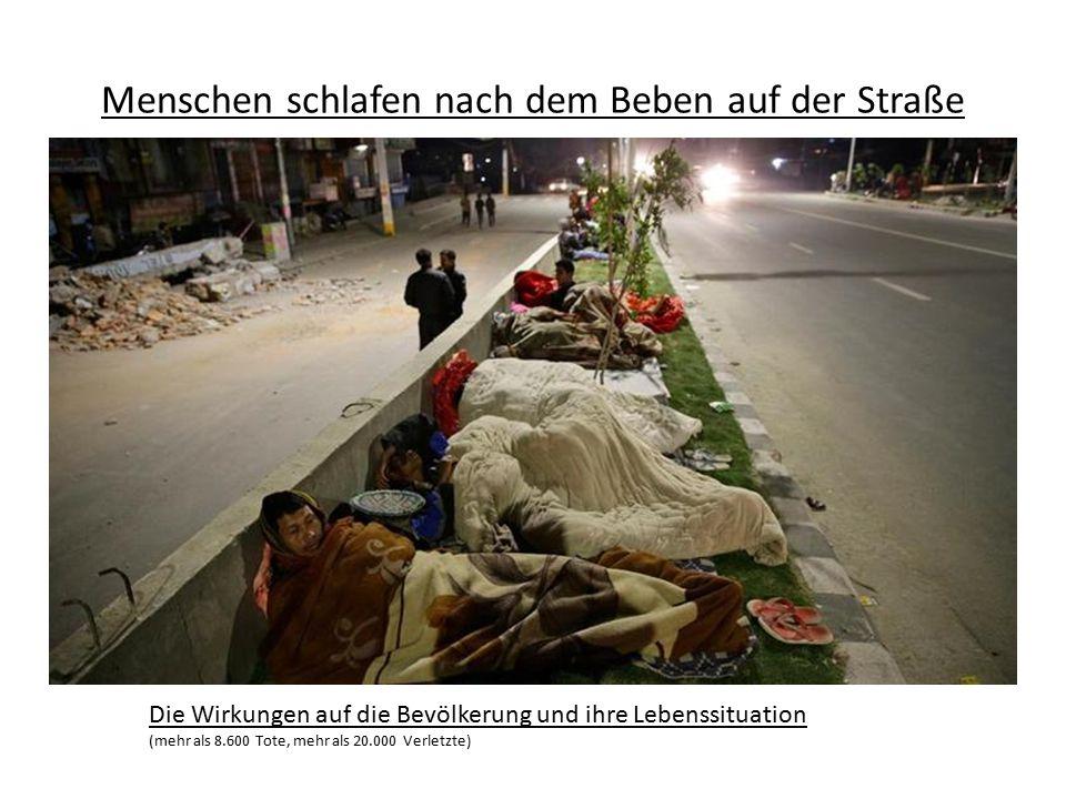 Menschen schlafen nach dem Beben auf der Straße Die Wirkungen auf die Bevölkerung und ihre Lebenssituation (mehr als 8.600 Tote, mehr als 20.000 Verle
