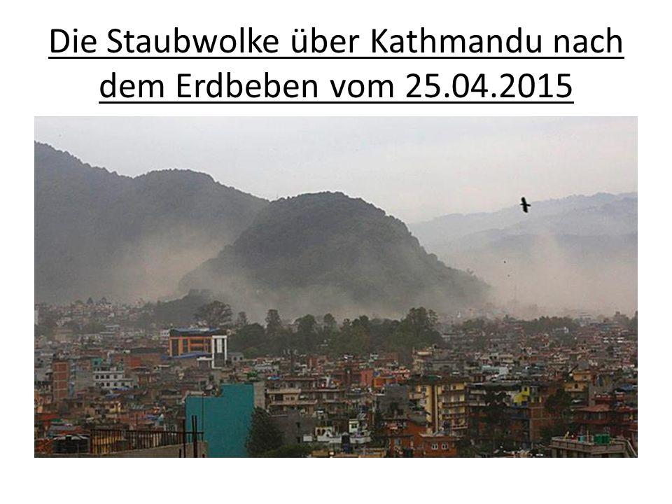 Die Staubwolke über Kathmandu nach dem Erdbeben vom 25.04.2015