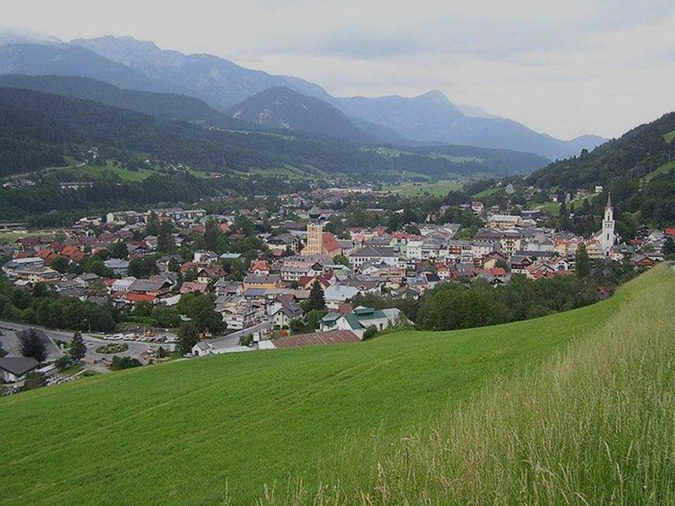 Schladming liegt im oberen Ennstal und wird im Norden vom Dachsteingebirge und im Süden von den Niederen Tauern umrahmt.