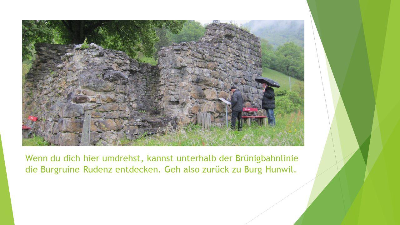Wenn du dich hier umdrehst, kannst unterhalb der Brünigbahnlinie die Burgruine Rudenz entdecken. Geh also zurück zu Burg Hunwil.