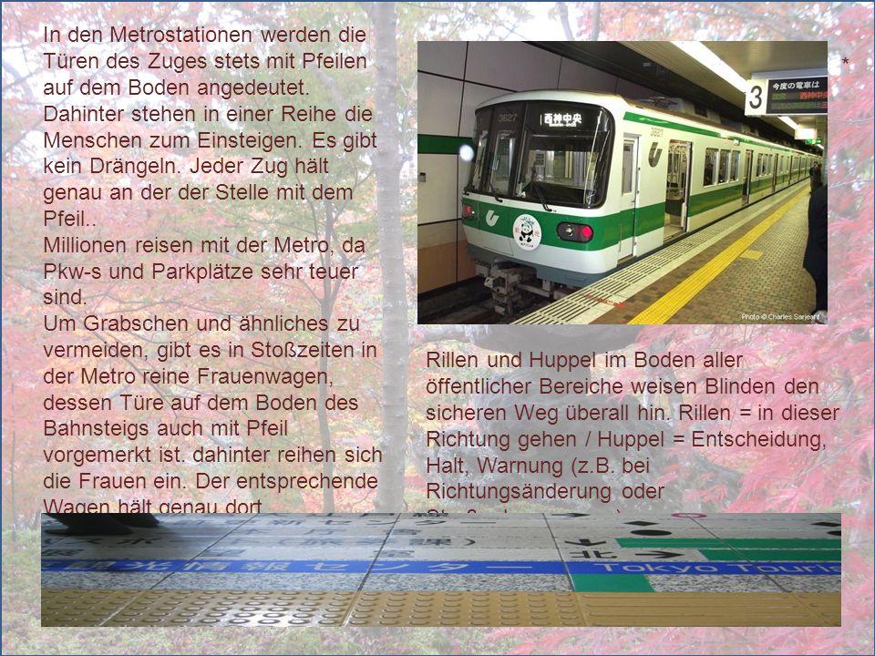 In den Metrostationen werden die Türen des Zuges stets mit Pfeilen auf dem Boden angedeutet. Dahinter stehen in einer Reihe die Menschen zum Einsteige