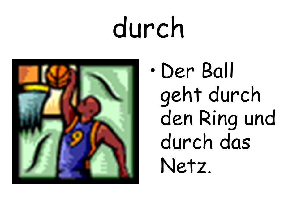 durch Der Ball geht durch den Ring und durch das Netz.