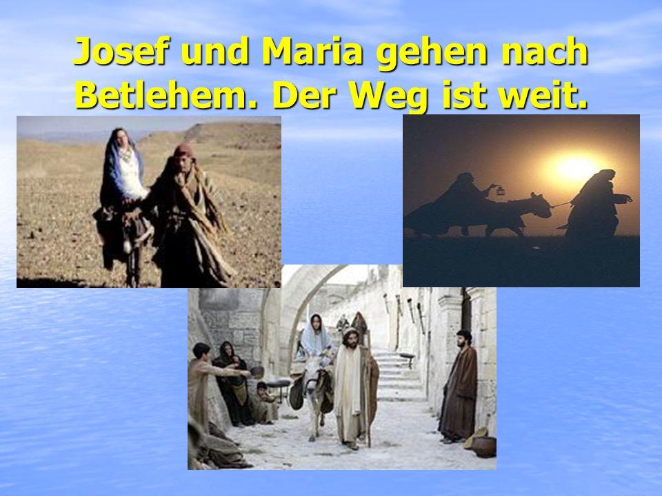 Josef und Maria gehen nach Betlehem. Der Weg ist weit.