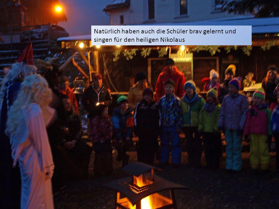 Die Kindergärtler singen ein schönes Lied! Der Nikolaus und seine Engel freuen sich sehr.
