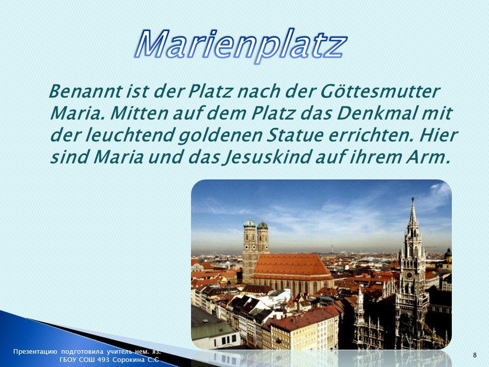 Benannt ist der Platz nach der Göttesmutter Maria.