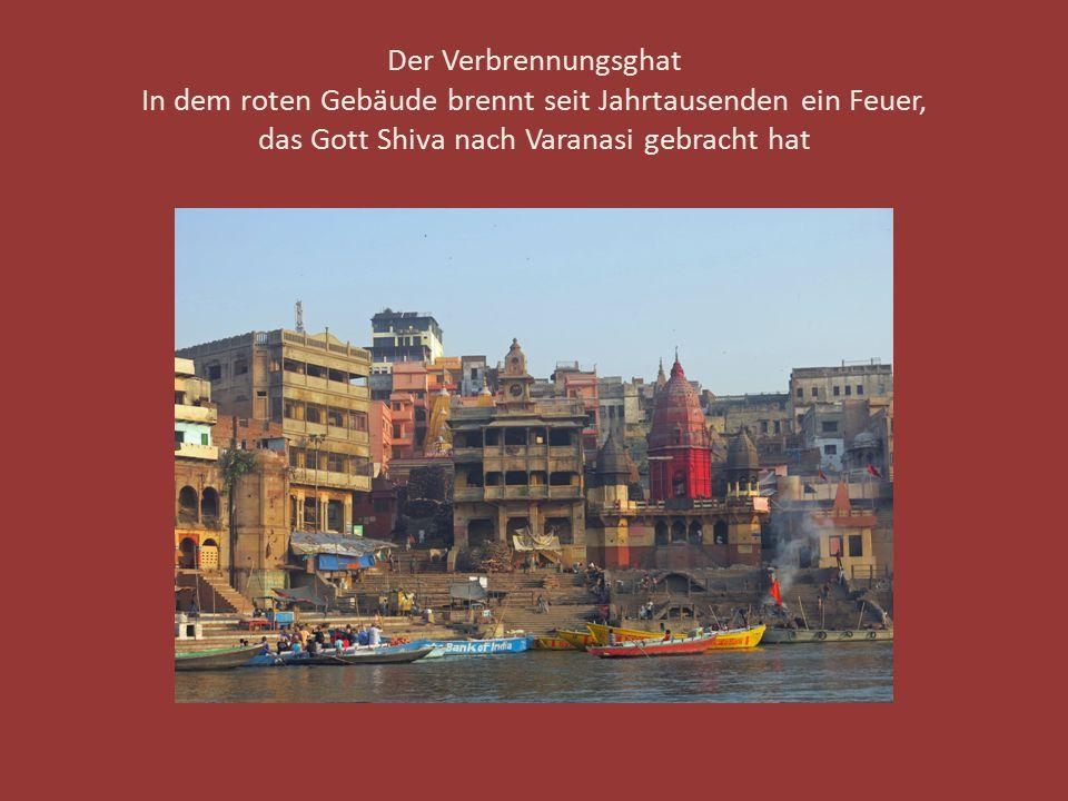 Der Verbrennungsghat In dem roten Gebäude brennt seit Jahrtausenden ein Feuer, das Gott Shiva nach Varanasi gebracht hat