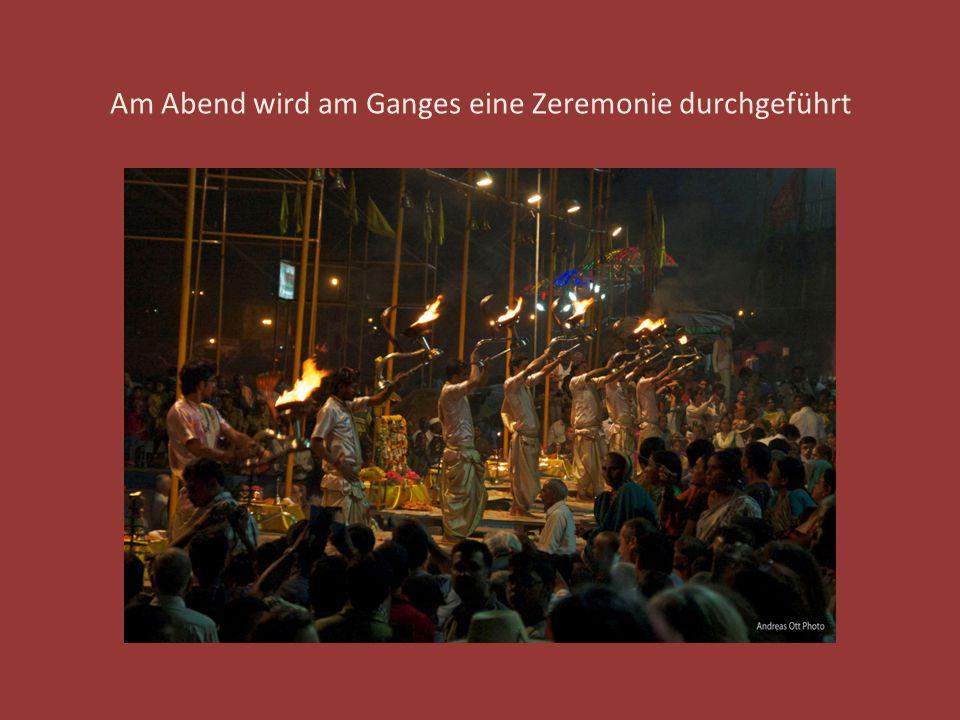 Am Abend wird am Ganges eine Zeremonie durchgeführt
