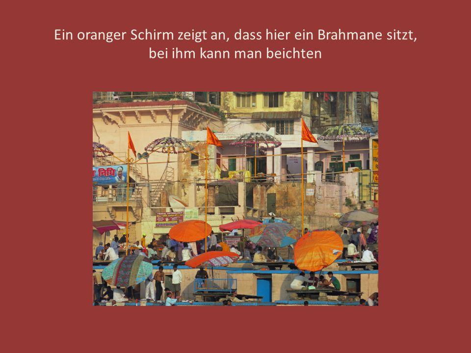Ein oranger Schirm zeigt an, dass hier ein Brahmane sitzt, bei ihm kann man beichten