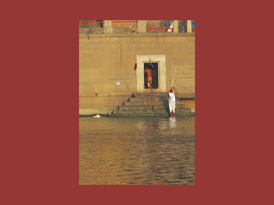 Durch das Verbrennen und das Ausstreuen der Asche in den Fluss erhoffen sich die Hindus ein Ende ihres irdischen Daseins.