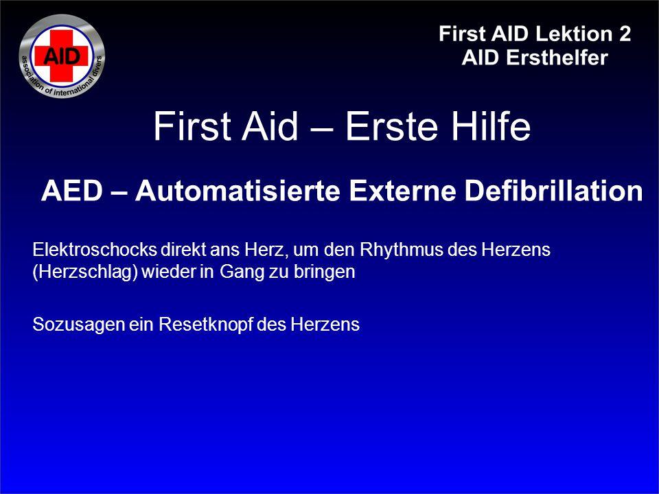 First Aid – Erste Hilfe AED – Automatisierte Externe Defibrillation Elektroschocks direkt ans Herz, um den Rhythmus des Herzens (Herzschlag) wieder in