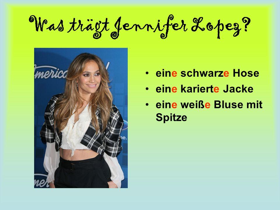 Was trägt Jennifer Lopez? eine schwarze Hose eine karierte Jacke eine weiße Bluse mit Spitze