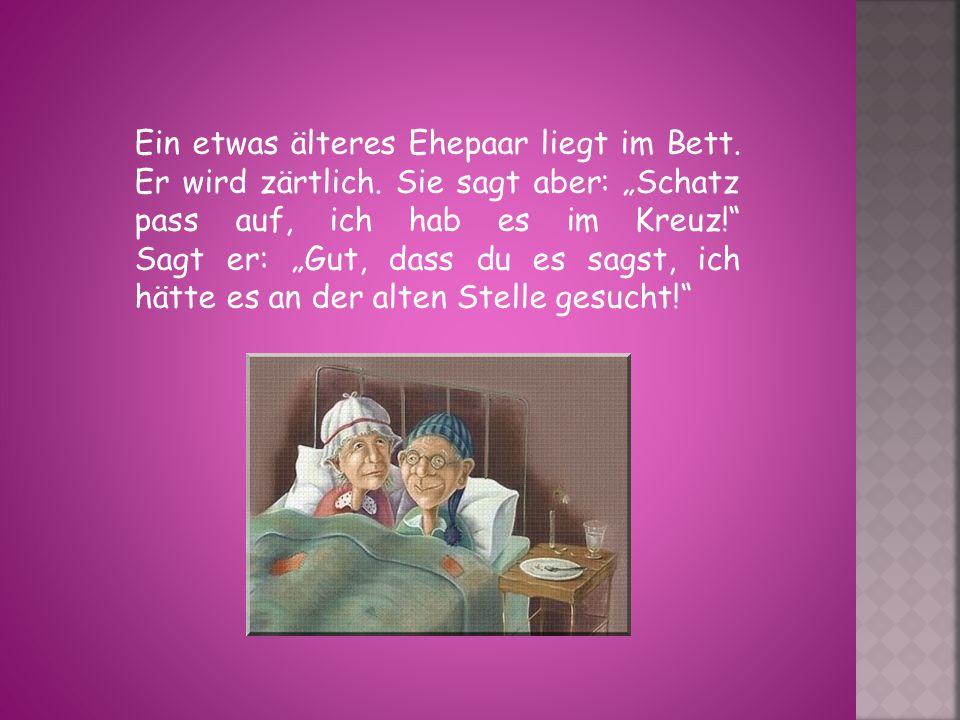 Ein etwas älteres Ehepaar liegt im Bett.Er wird zärtlich.