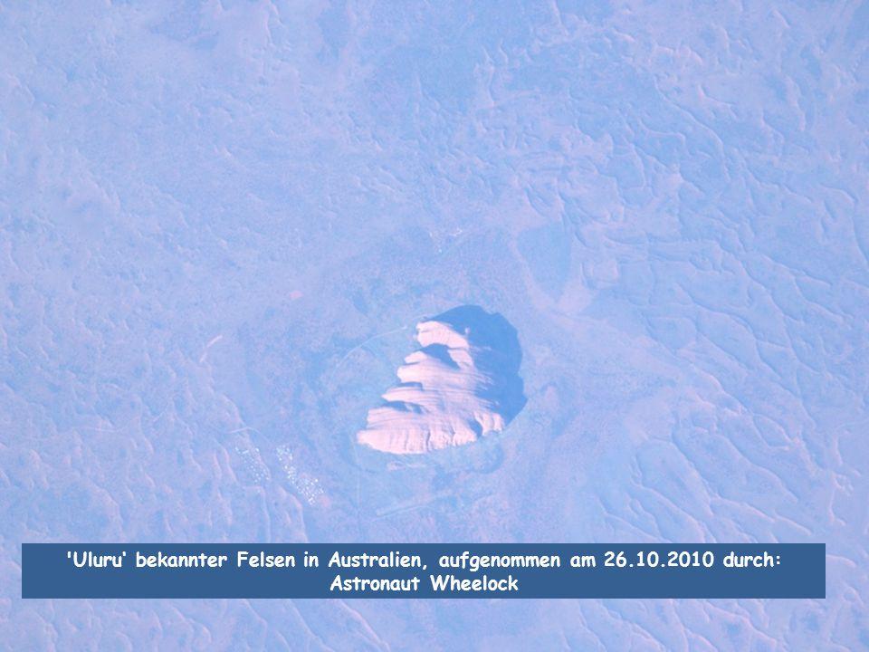 'Uluru' bekannter Felsen in Australien, aufgenommen am 26.10.2010 durch: Astronaut Wheelock