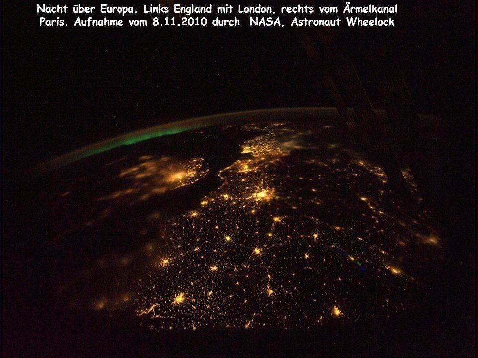 Nacht über Europa. Links England mit London, rechts vom Ärmelkanal Paris. Aufnahme vom 8.11.2010 durch NASA, Astronaut Wheelock