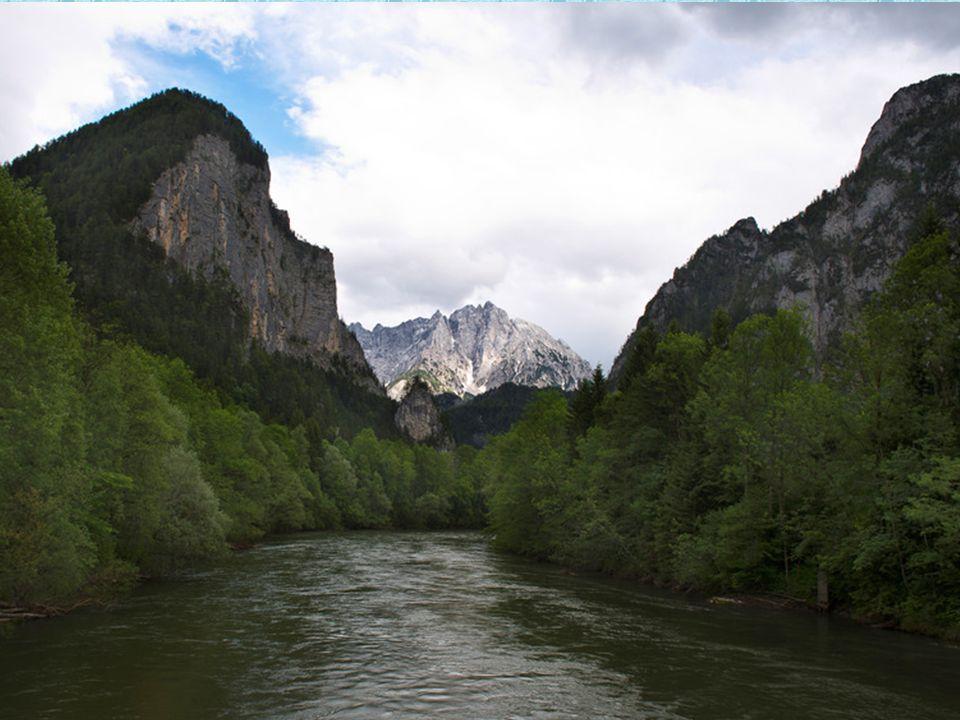 DasGesäuse bildet mit schroffen Kalkgipfeln und dem Durchbruchstal der Enns den nordöstlichen Teil der Ennstaler Alpen. Streng genommen bezeichnet das