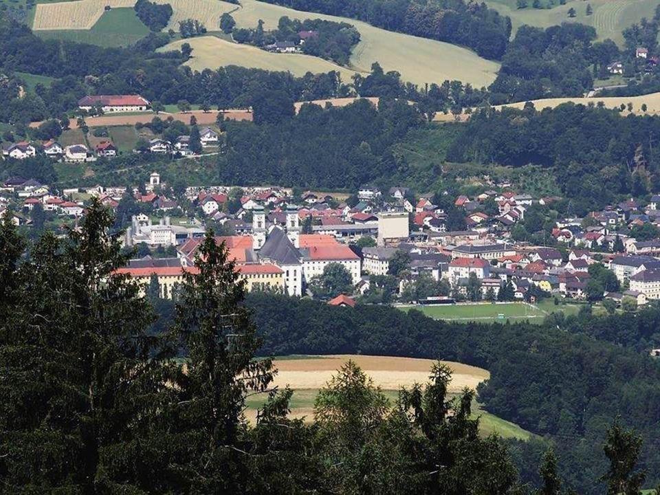 Garsten ist vor allem für das ehemalige barocke Benediktinerstift Garsten, in dem sich heute die Justizanstalt Garsten befindet, bekannt. Erstmals wir