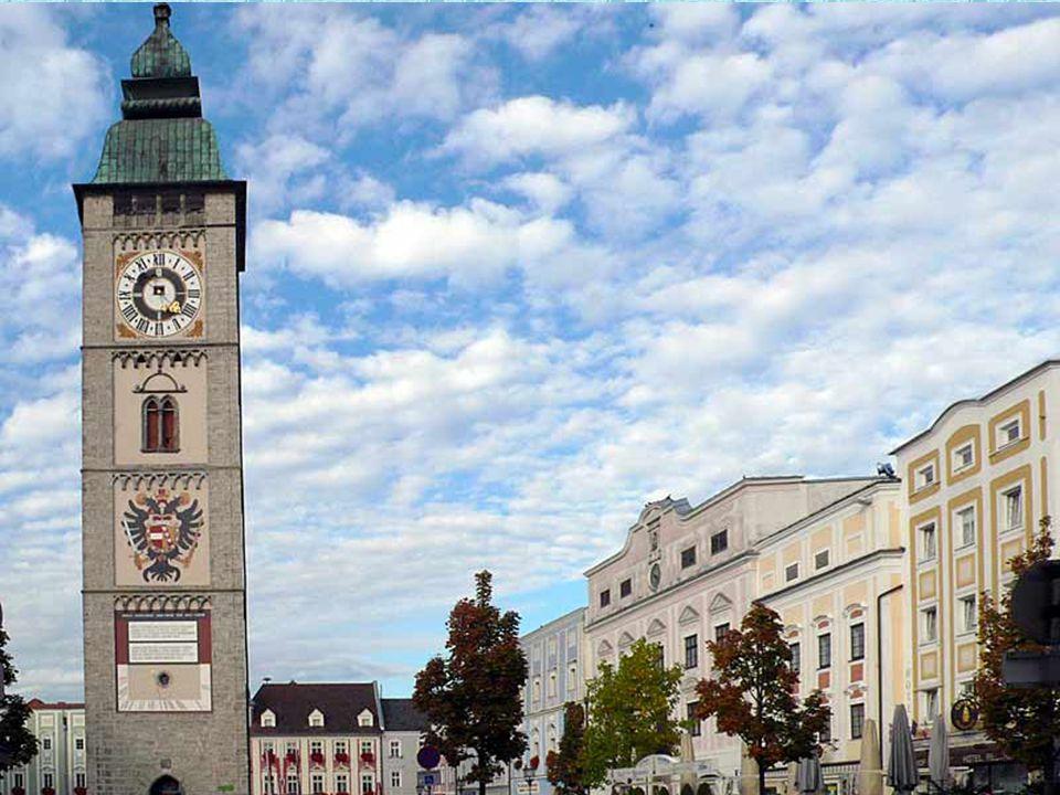 Enns liegt auf 281 m Seehöhe am Fluss Enns, der hier die Grenze zu Niederösterreich bildet. Das Stadtbild von Enns ist durch Bauten der Renaissance un