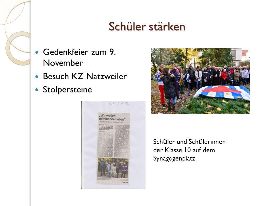 Schüler stärken Gedenkfeier zum 9. November Besuch KZ Natzweiler Stolpersteine Sch ü ler und Sch ü lerinnen der Klasse 10 auf dem Synagogenplatz