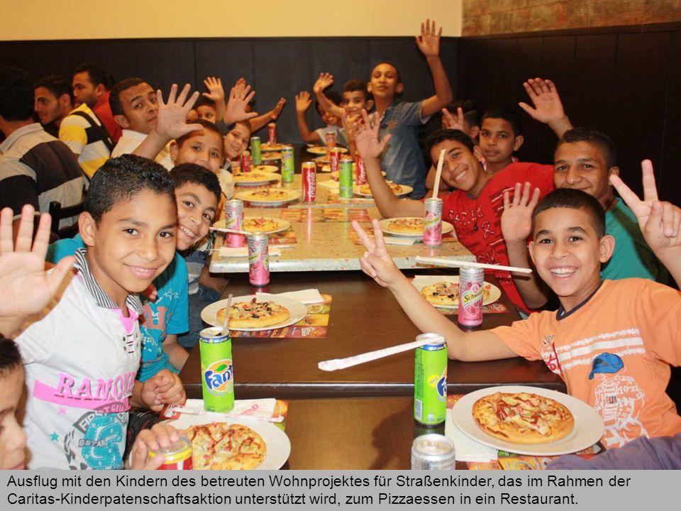 Ausflug mit den Kindern des betreuten Wohnprojektes für Straßenkinder, das im Rahmen der Caritas-Kinderpatenschaftsaktion unterstützt wird, zum Pizzaessen in ein Restaurant.