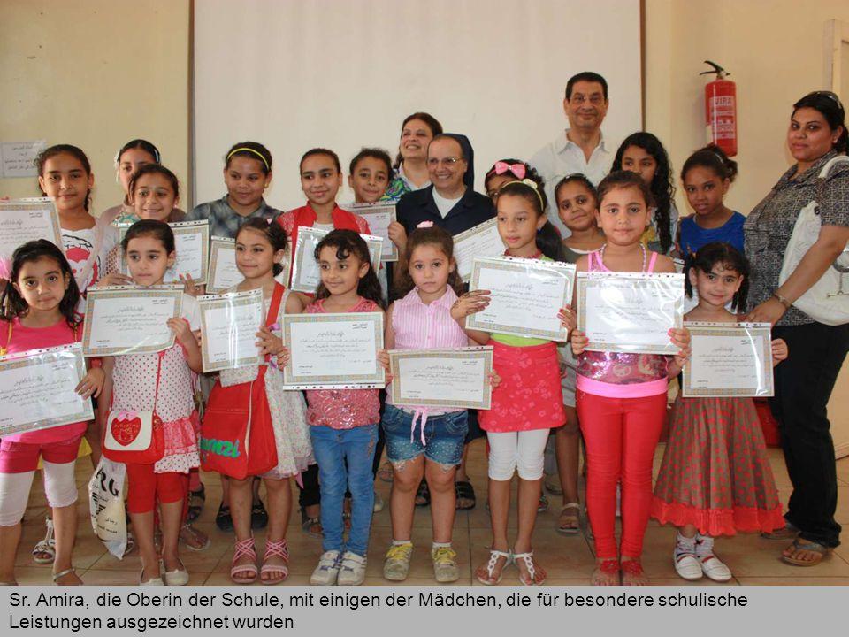 Sr. Amira, die Oberin der Schule, mit einigen der Mädchen, die für besondere schulische Leistungen ausgezeichnet wurden