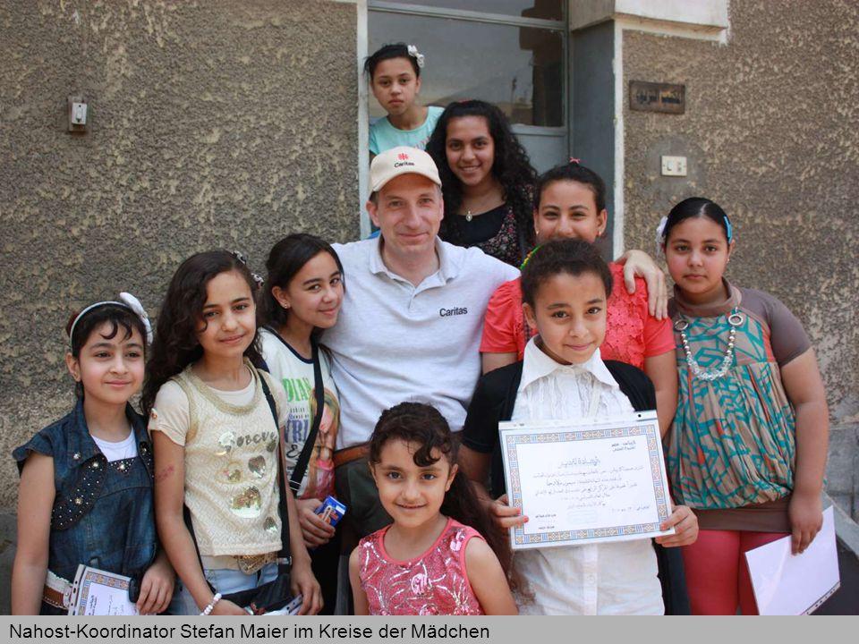 Nahost-Koordinator Stefan Maier im Kreise der Mädchen