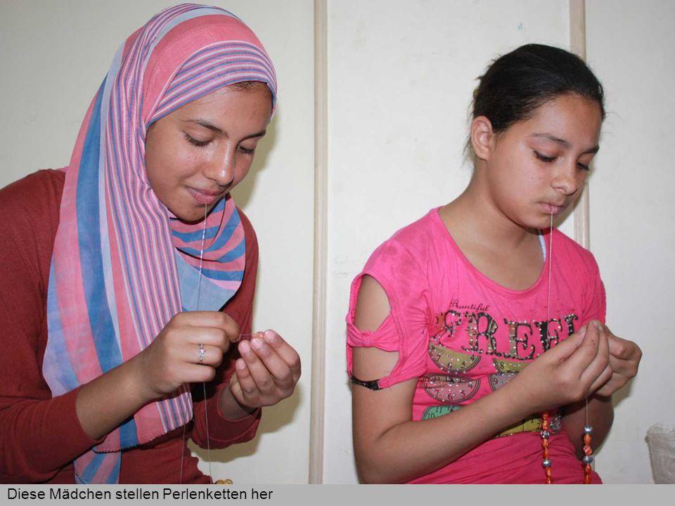 Im Beth Aleph-Vorschulprojekt der Caritas in der libanesischen Hauptstadt Beirut werden derzeit 72 Diese Mädchen stellen Perlenketten her