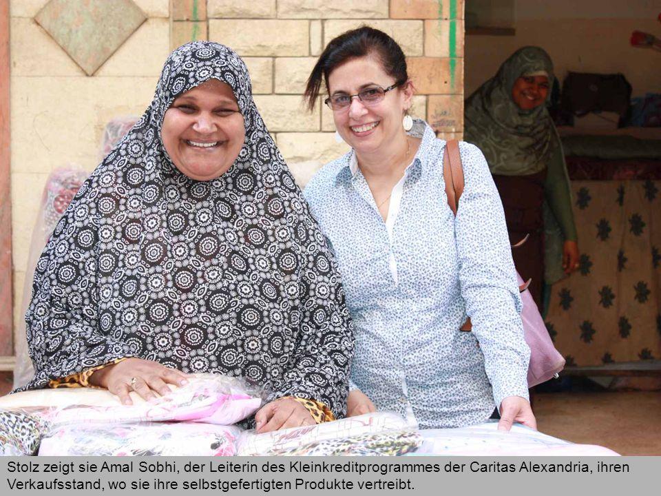 Stolz zeigt sie Amal Sobhi, der Leiterin des Kleinkreditprogrammes der Caritas Alexandria, ihren Verkaufsstand, wo sie ihre selbstgefertigten Produkte vertreibt.