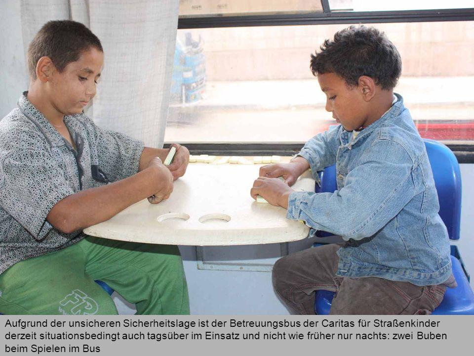 Aufgrund der unsicheren Sicherheitslage ist der Betreuungsbus der Caritas für Straßenkinder derzeit situationsbedingt auch tagsüber im Einsatz und nicht wie früher nur nachts: zwei Buben beim Spielen im Bus