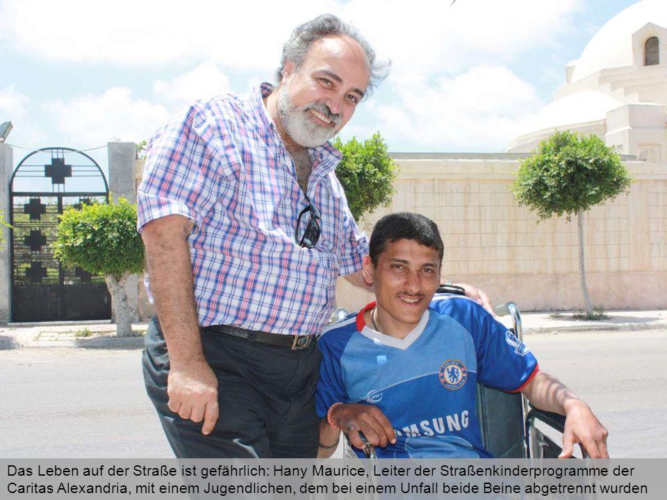 Das Leben auf der Straße ist gefährlich: Hany Maurice, Leiter der Straßenkinderprogramme der Caritas Alexandria, mit einem Jugendlichen, dem bei einem Unfall beide Beine abgetrennt wurden