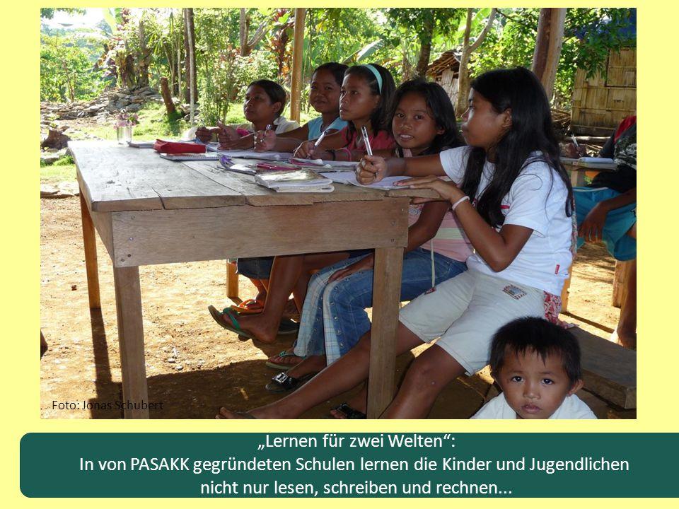 """""""Lernen für zwei Welten"""": In von PASAKK gegründeten Schulen lernen die Kinder und Jugendlichen nicht nur lesen, schreiben und rechnen... Foto: Jonas S"""