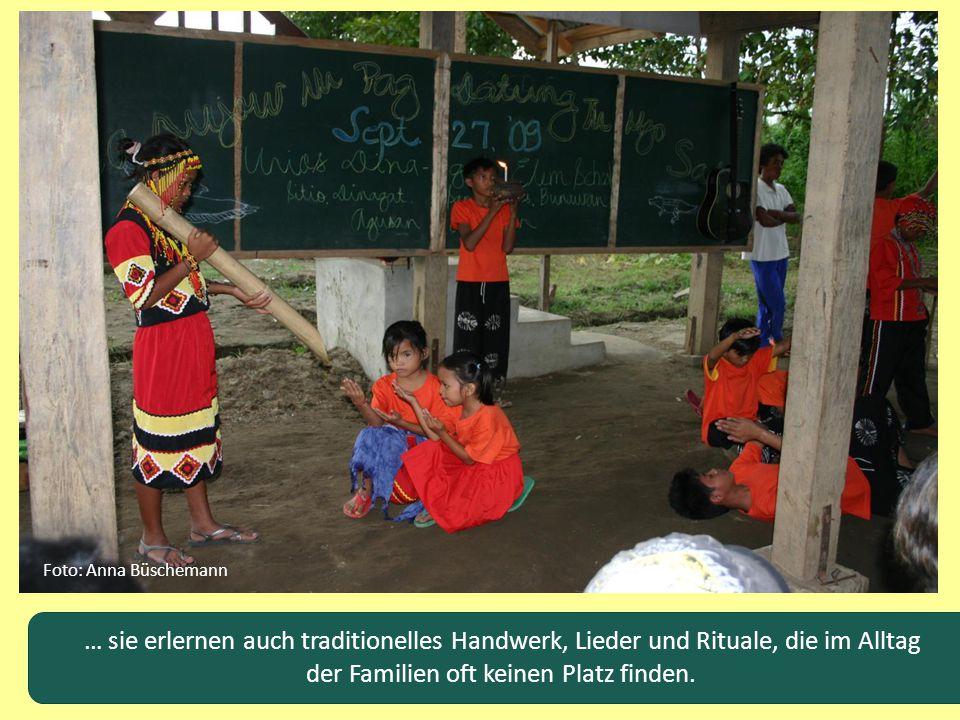 … sie erlernen auch traditionelles Handwerk, Lieder und Rituale, die im Alltag der Familien oft keinen Platz finden. Foto: Anna Büschemann