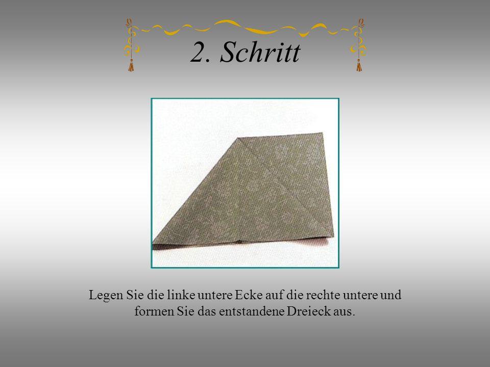2. Schritt Legen Sie die linke untere Ecke auf die rechte untere und formen Sie das entstandene Dreieck aus.