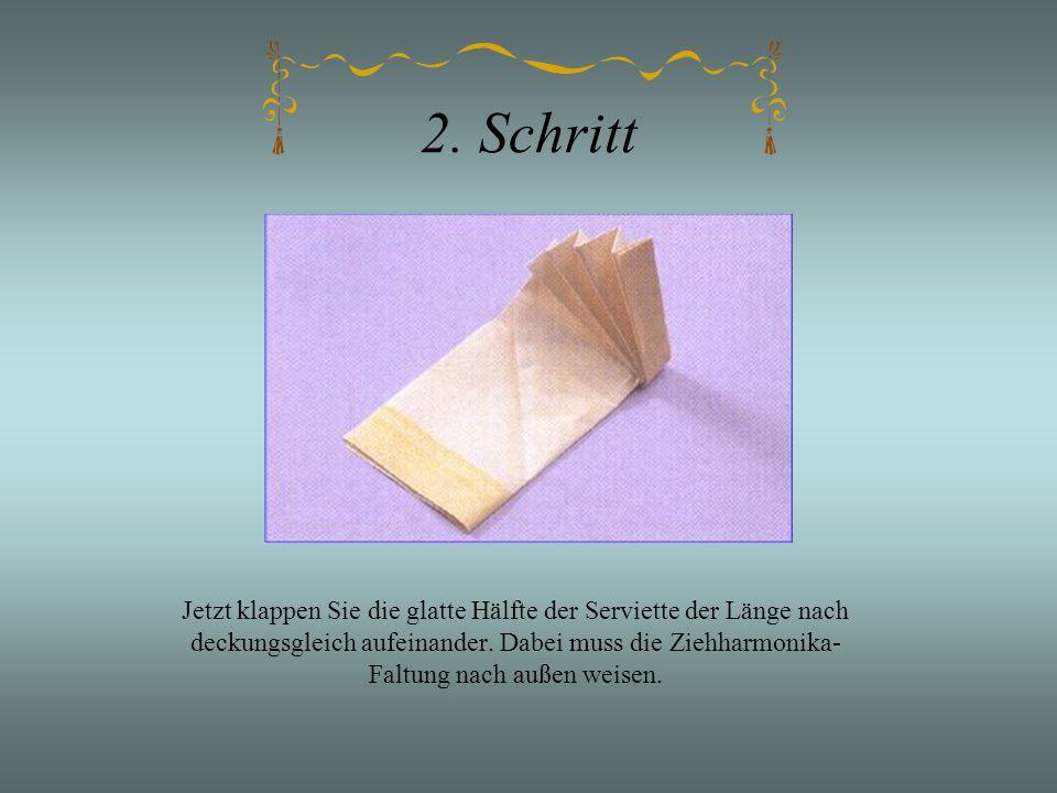 2. Schritt Jetzt klappen Sie die glatte Hälfte der Serviette der Länge nach deckungsgleich aufeinander. Dabei muss die Ziehharmonika- Faltung nach auß